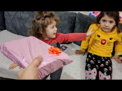 Nilda ve Nevra Baloncuk Makinasını Paylaşamadılar Annesi Kızları İkna Etmeye Çalıştı