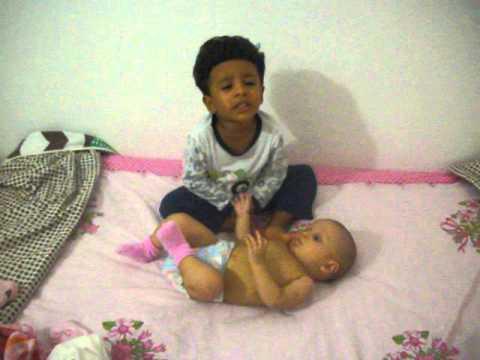 bebe de dos año rezando el credo a su hermanita