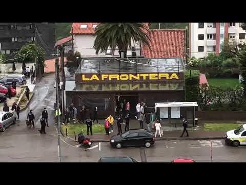 La policía desaloja un bar de Santander lleno de jóvenes en el primer día de la fase 1