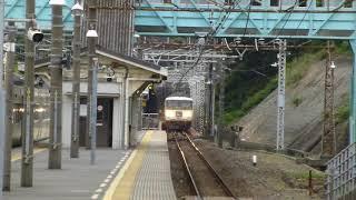 185系A5編成特急踊り子108号と185系B7編成 根府川駅