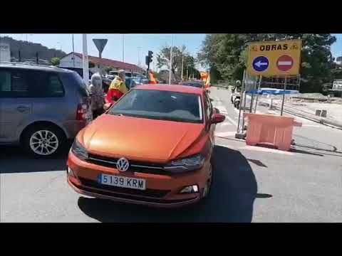 Un centenar de vehículos recorren la ciudad con banderas de España