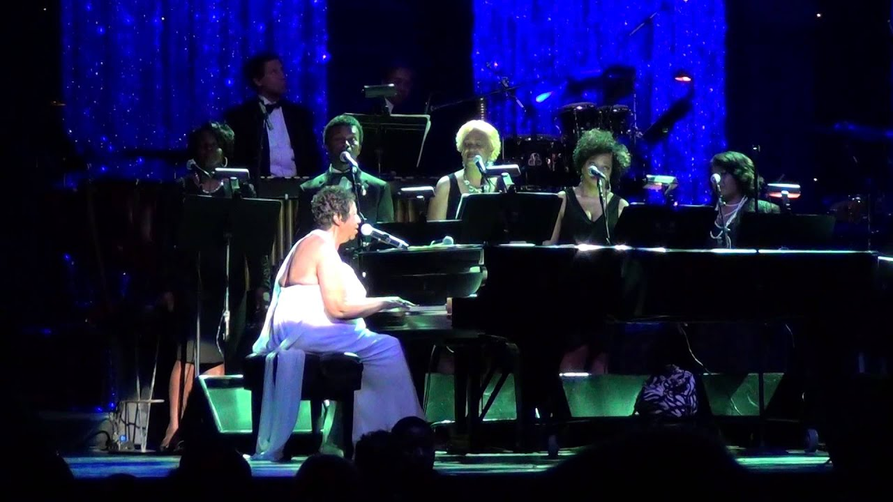 aretha-franklin-tribute-whitney-houston-nyc-2014-juande-mondria