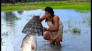 Beautifull Girl Fishing in Battambang - Amazing Beautifull Girl Catch Fish (p 020)
