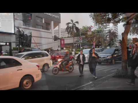 CRUZAR LA CALLE EN JAKARTA