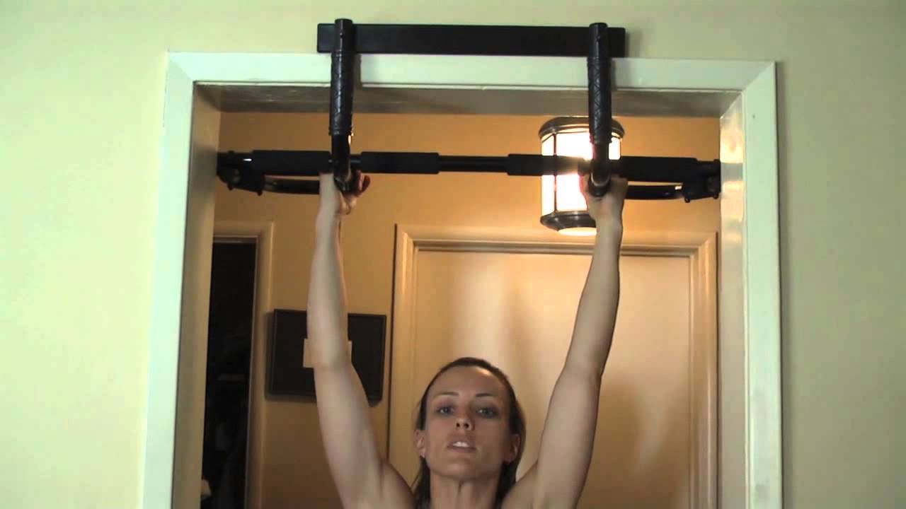 how to hold the pull up bar