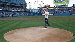 Video Cristiano Ronaldo throws first pitch at Dodgers-Yankees baseball game download MP3, 3GP, MP4, WEBM, AVI, FLV Desember 2017