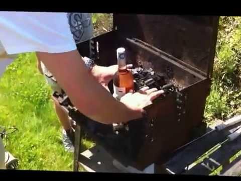 Comment lancer un barbecue avec une bouteille de vin et du papier journal bl - Comment faire prendre un barbecue ...