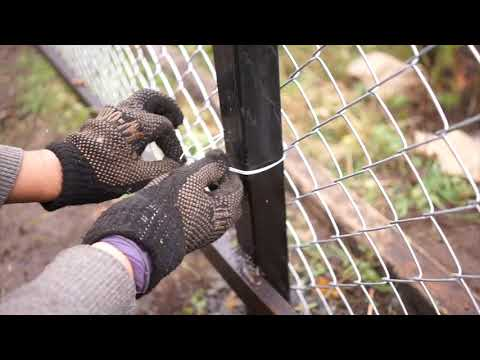 Как поставить забор из сетки рабицы своими руками видео