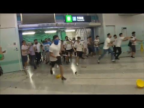 Banda armada ataca a manifestantes y deja 36 heridos en el metro Hong Kong