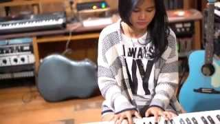 Video Locked Away - R. City ft. Adam Levine Acoustic Cover by Yarra download MP3, 3GP, MP4, WEBM, AVI, FLV Agustus 2017