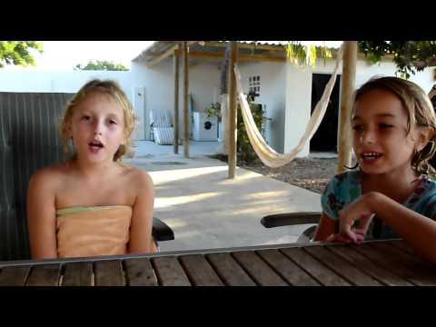 Nikki en Zoë zingen een Portugees liedje