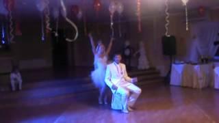 Невеста зажигает на собственной свадьбе. Жених в восторге!