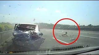 حادث اليوم انقلاب سيارة  و طيران طفل خارجها على الطريق السريع