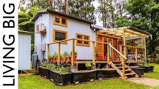 Schuldenfreies Familienleben in einem mülllosem, auf Pflanzen basierendem kleinen Haus