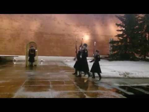 Смотреть Неожиданно ! При смене Почётного караула у Вечного огня в Москве на Могиле Неизвестного Солдата онлайн