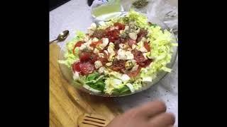 Как быстро приготовить Салат с креветками ,слабо соленным лососем , моцареллой в прованских травах .