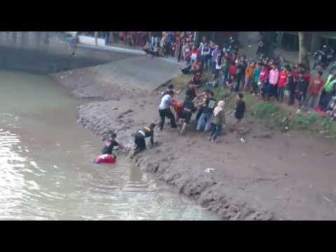 Kejadian Yang Tak Terduga Simo Barong Legowo Putro Nyebur Kedalam Sungai Badok Ditengah