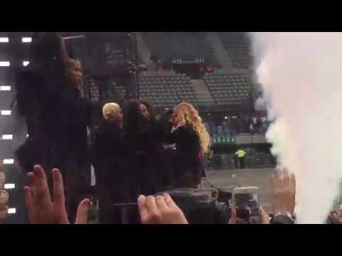 Beyoncé com problema na peruca ou no retorno? Tirem suas próprias conclusões! Formation Tour - Paris