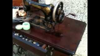 ANTIQUE SINGER CAST IRON TREADLE SEWING MACHINE and WOOD TABLE FULLY WORKING