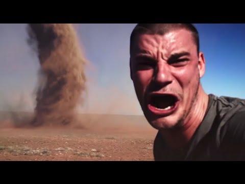 ► Un fou furieux qui court vers une tornade pour se prendre en selfie !