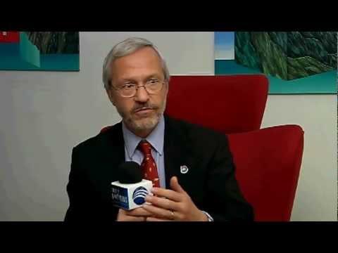Nicolay Abril talks with Falkand Islands politician