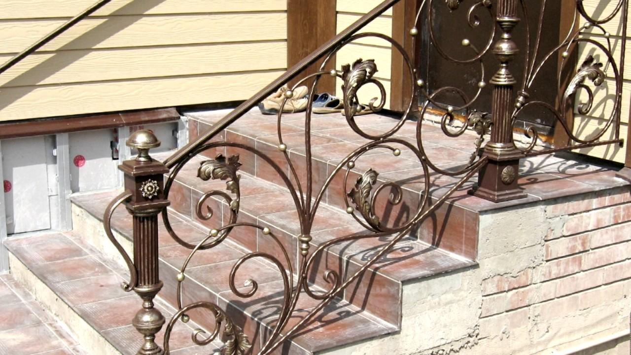 Вход в дом с навесом маленькое крыльцо козырек перила ступени .