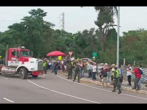 Con gritos y aplausos fueron recibidos camiones con ayuda humanitaria para Venezuela