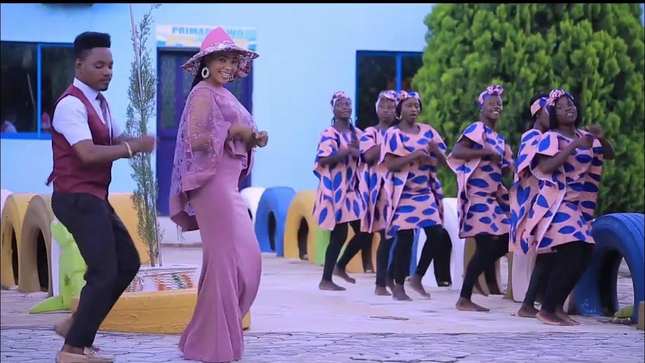 Download Sabuwar Waka ( Son Ki A zuchiya Yayi Kafuwa) Faty Abubakar ft Sani Ahmad Original video 2020#
