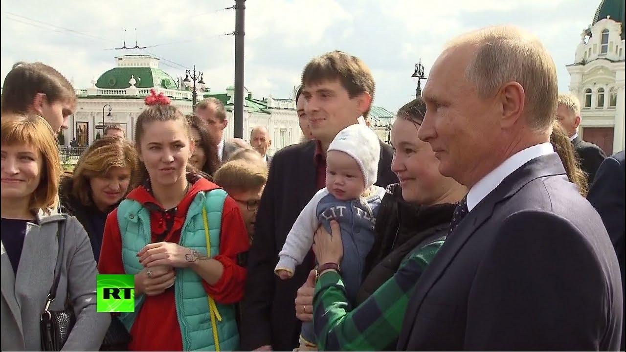Владимир Путин пообщался с жителями Омска и расписался в дневниках школьников