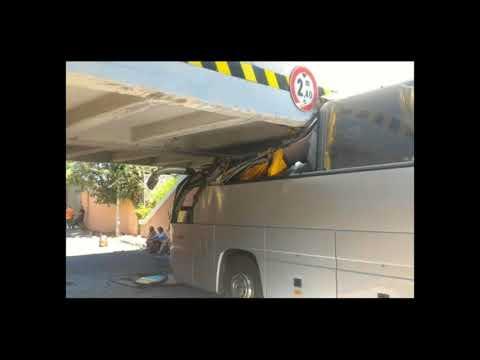 Pullman di turisti si incastra sotto ponte a Ostia. 18 feriti, trauma cranico per un bambino
