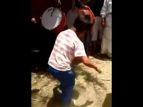 رقص رهيب من طفل مغربي على انغام الموسيقى الشعبية thumbnail