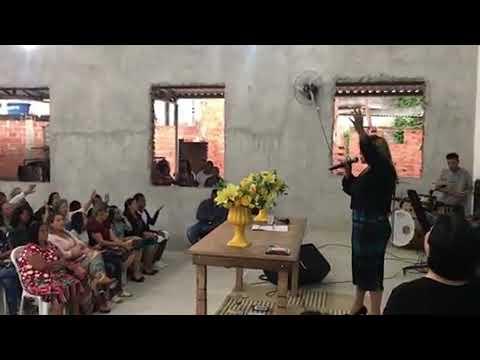 Shirley Carvalhaes canta em igreja simples e surpreende a todos.. Há uma saída.