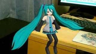 http://www.mikufan.com うちのミクが、机の上で「青空と太陽」を歌って...