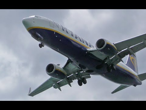 Ryanair Boeing 737-800 Overhead Landing at Corfu CFU