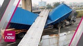 TPHCM: Xe container kéo sập dầm cầu bộ hành