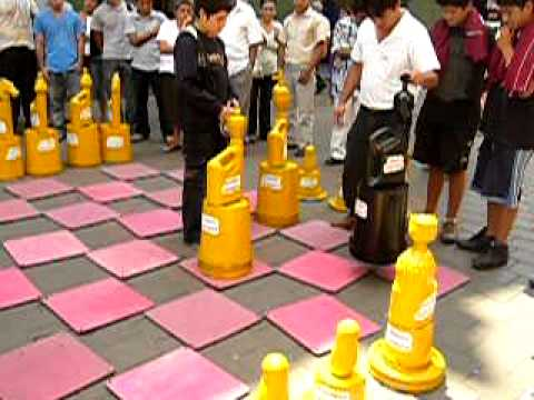 Jr pizarro ajedrez que grandes fichas youtube for Ajedrez gigante jardin