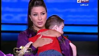 إيمان عز الدين تحتضن طفل سورى ابن احد اللاجئين