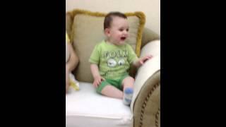 Bebushi duke qeshur
