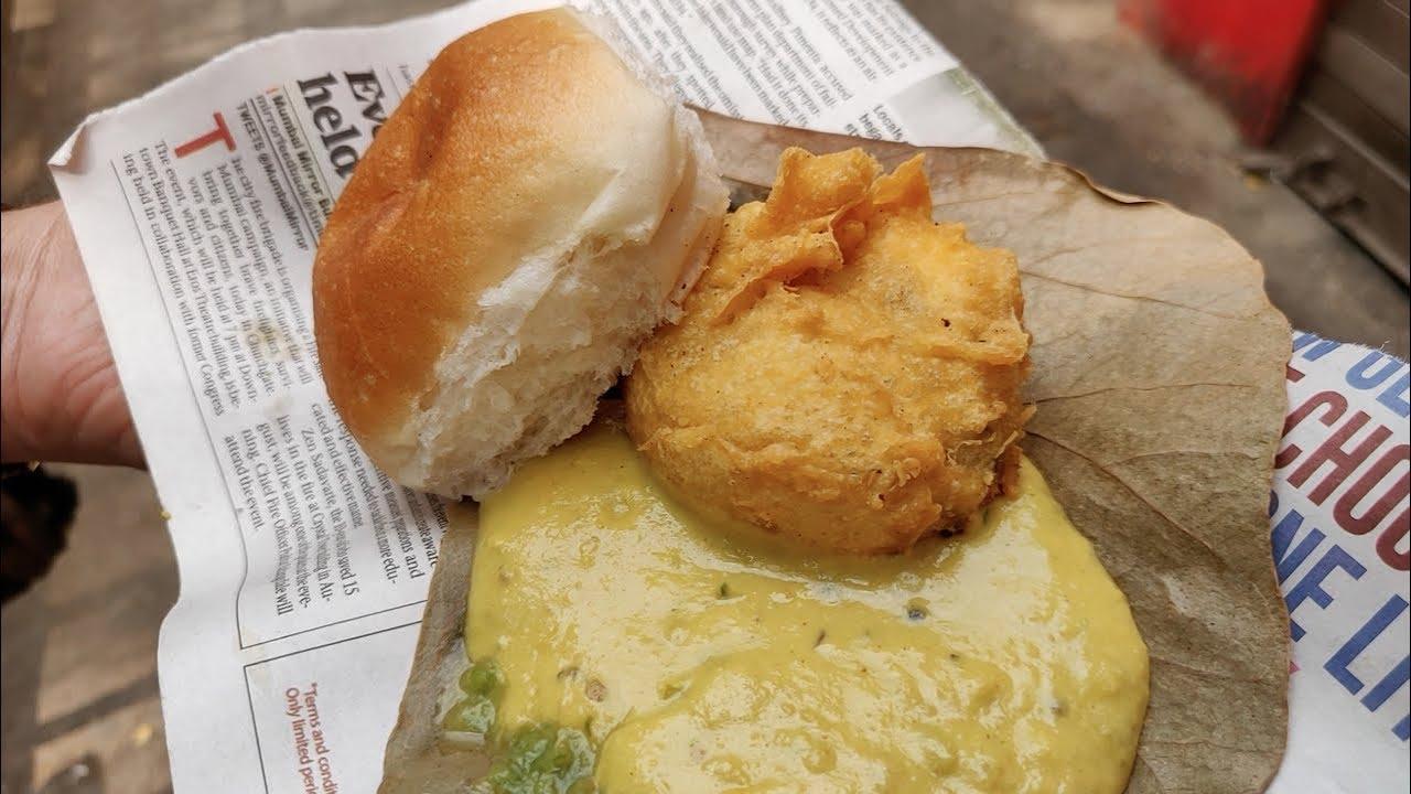 Vadapav served on a leaf for Rs 15 | Traditional Maharashtrian Style  Vadapav | Indian Street Food