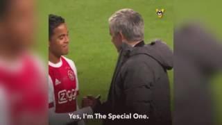 La llamativa charla entre Mourinho y Justin Kluivert (vía @VoetbalInside)