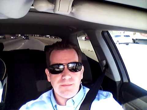 Bule dari Los Angeles, USA bernyanyi Meggy Z (Meggi Z) - Benang Biru saat pulang dari kantor.