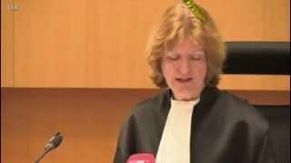 Face à un verdict injuste, un homme jette une chaise en direction de la juge