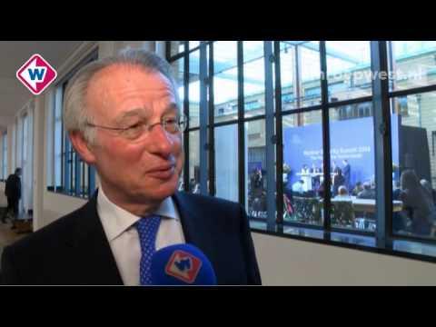 Burgemeester Jozias van Aartsen schudt vele handen tijdens de NSS