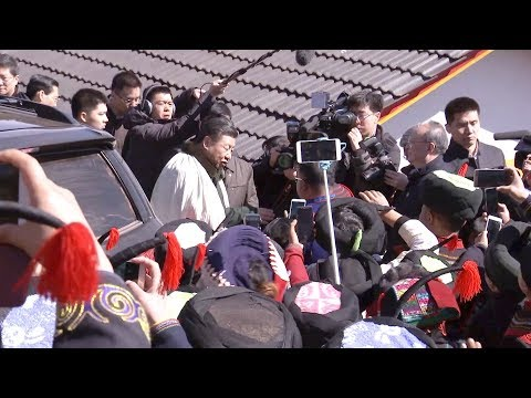 Impoverished ethnic villagers see Xi Jinping off in SW China