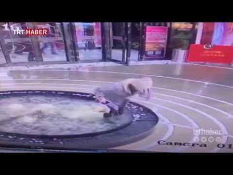 Yürürken cep telefonuyla uğraşan kadın, süs havuzuna düştü.