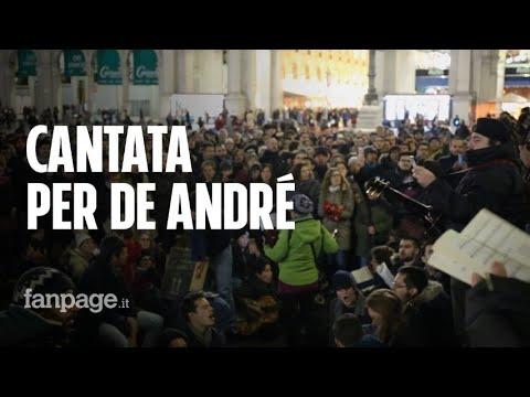 Milano ricorda Fabrizio De André: folla in piazza Duomo per la cantata anarchica