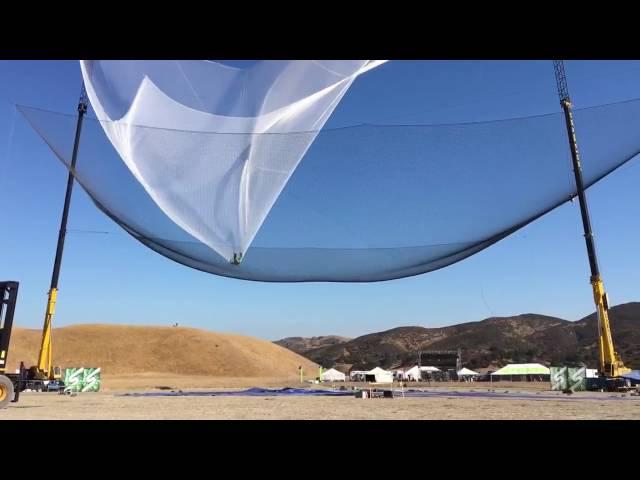 saut en parachute dans un filet