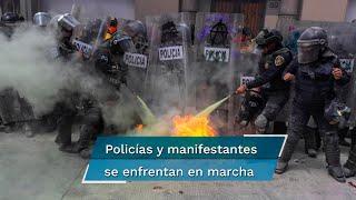 Desde el inicio de la marcha rumbo al Zócalo, algunas mujeres comenzaron a realizar destrozos en las oficinas del ISSSTE y forcejearon con las policías