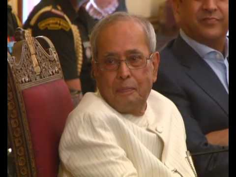 MODi _in Tears :'(  THanKed Pranab Mukherjee 4 Being a Father-Figure to Him