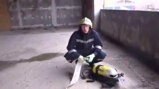 Самоспасание с помощью рукава пожарного (по рукаву)(взято с vk.com Больше полезного видео на https://fireman.club/, 2015-12-25T07:27:53.000Z)